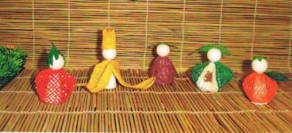 Fünf Dekorationsfiguren - Erdbeere, banane, Pflaume, Apfel und Mandarine e